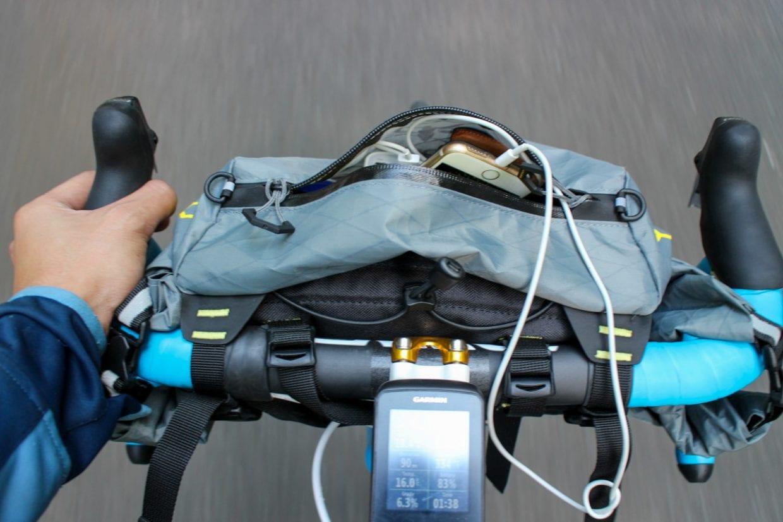 走りながら荷物を出し入れできるタイプが多く、貴重品などを入れるにも適しています。私は主にマット、エアピロー、輪行袋等を収納しています。photo:神楽坂つむり