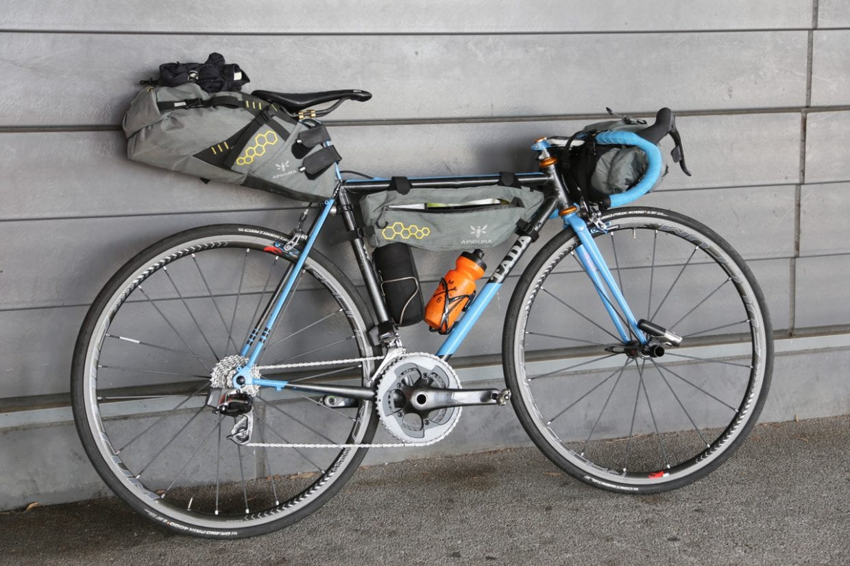 自転車の中央部に位置するフレームバッグ。バイクパッキング旅以外でもちょっとしたサイクリングやポタリングでも便利なアイテムです。photo:神楽坂つむり