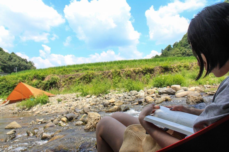 とある夏の日。川の上に折りたたみ椅子を置いて読書タイム。家から程近い河原でデイキャンプするだけでもバカンス気分になったり。連泊するようなツーリングじゃなくてもアイデア次第で立派な遊びに早変わりです。photo:神楽坂つむり