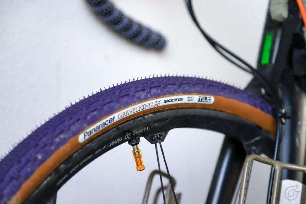 こちらはグラベルロードのタイヤ。太くて安定感があり乗り心地が良いのが特徴です。スポーツ自転車に乗り慣れていない人でも安心して乗ることができます。
