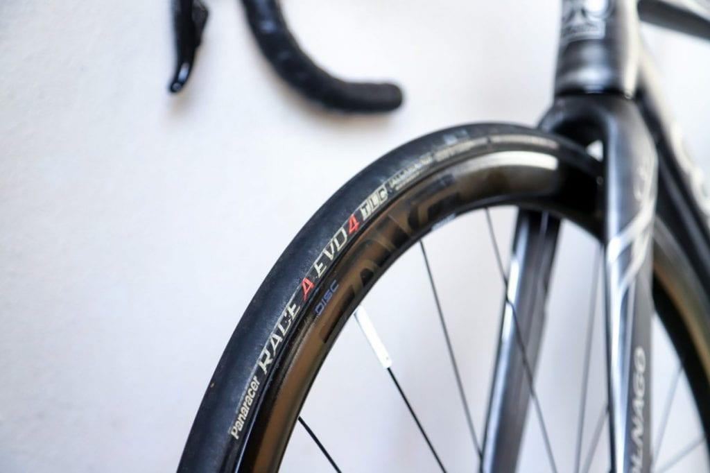 こちらはロードバイクのタイヤ。細身で軽量、転がり抵抗が少なく、速度を出しやすいのが特徴です。一方で扱いはやや繊細で、ブロック点字タイルの上やマンホールの上など、滑りやすい状況、路面が不安定な状況では注意が必要です。