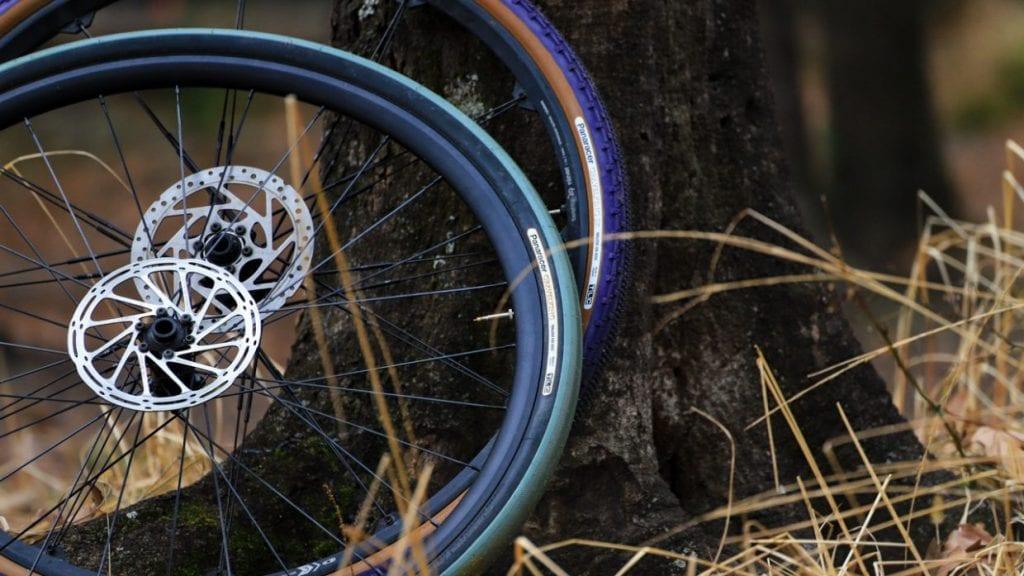 足回り、特にタイヤを交換するとその差を感じ易いですね!あえてタイヤ幅を太くしたり細くしたり、ブロックパターンの異なるものを使ってみたり、新しいメーカーのタイヤを試してみたり・・・。自転車の奥深さを感じることができます。