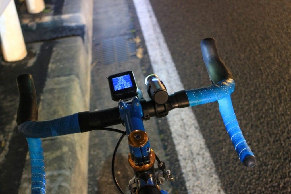 通勤はもちろん休日のサイクリングでも大活躍するのがサイクルコンピューター。最近は走行データを記録してSNSにアップロードして仲間とシェアする、競争する、なんて遊び方もメジャーになってきました。他の人が走ったルートをダウンロードすればその通りにナビしてくれる機能がついたモデルもあるので、一人で走る人にもおすすめできるアクセサリーの一つです。