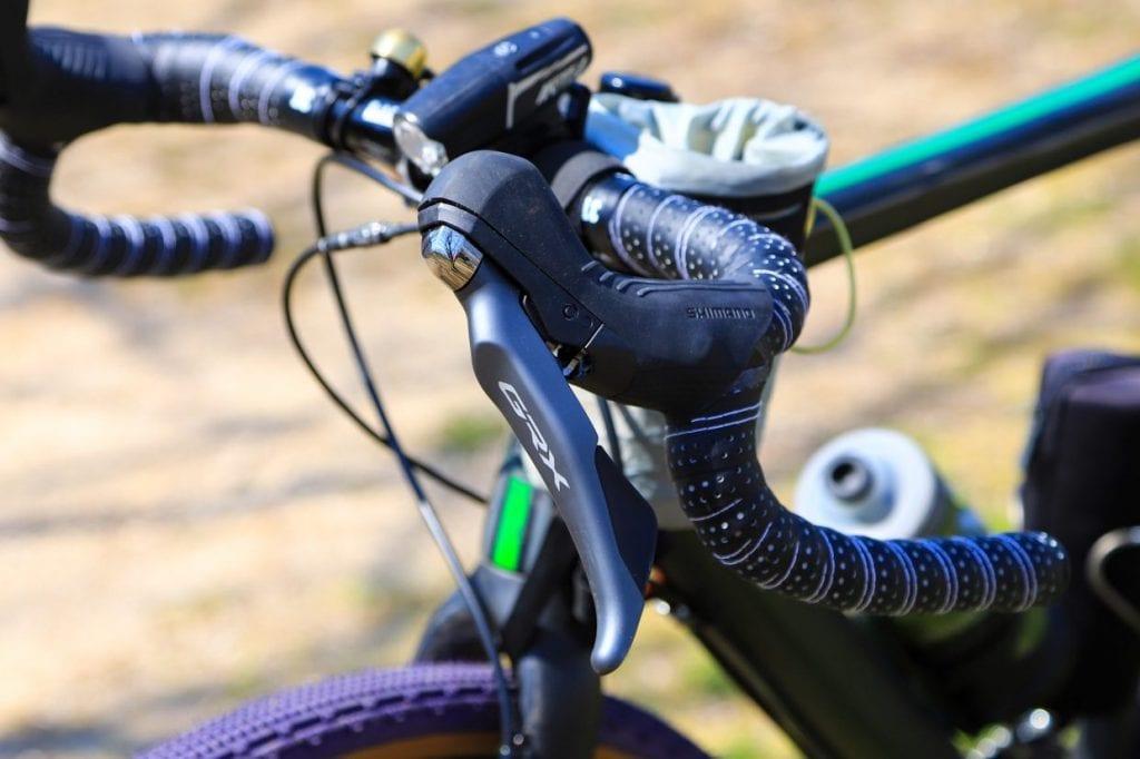 愛用しているSHIMANO GRXレバー独特の形状が手に馴染みやすい!ストップアンドゴーが多い街中でもブレーキ操作がしやすくこれも快適性に繋がっています。