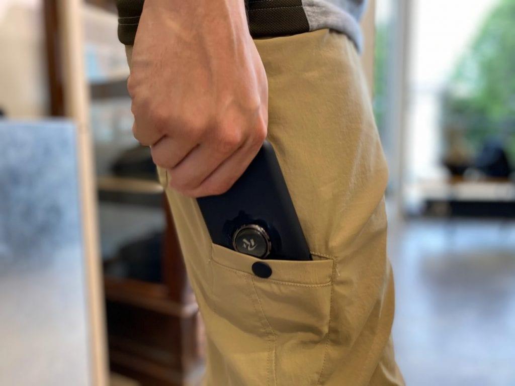 サイドポケットはもちろん、右太ももにはスマホを入れるポケットも。