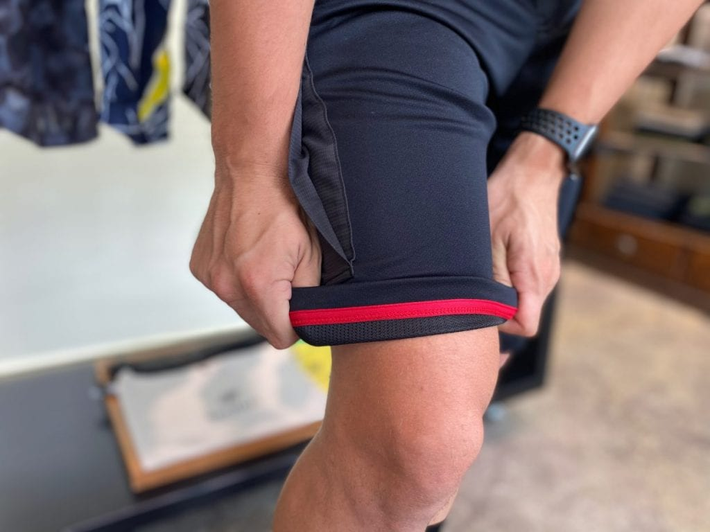 裾の折り返し部分の配色テープは、夜間走行中の視認性をUPする役割も。