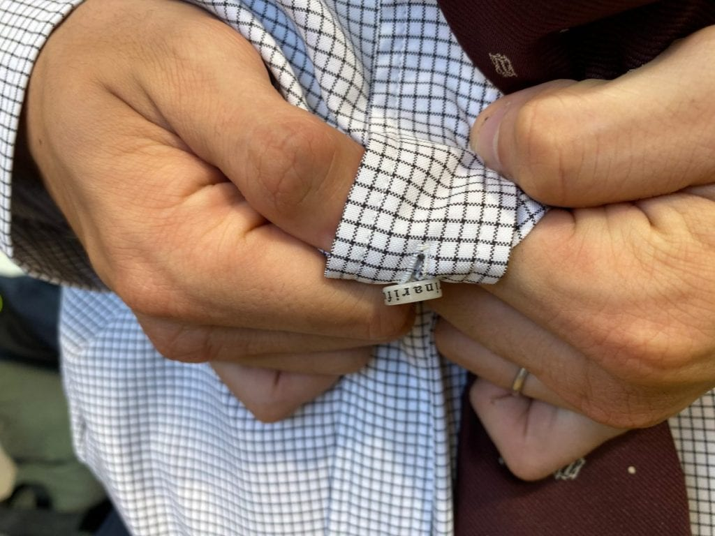 厚さ3mmのオリジナルボタンは、片手でも外しやすい分厚さが特徴