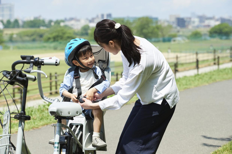 子どもを自転車に乗せるときは、必ずヘルメットをかぶせましょう。