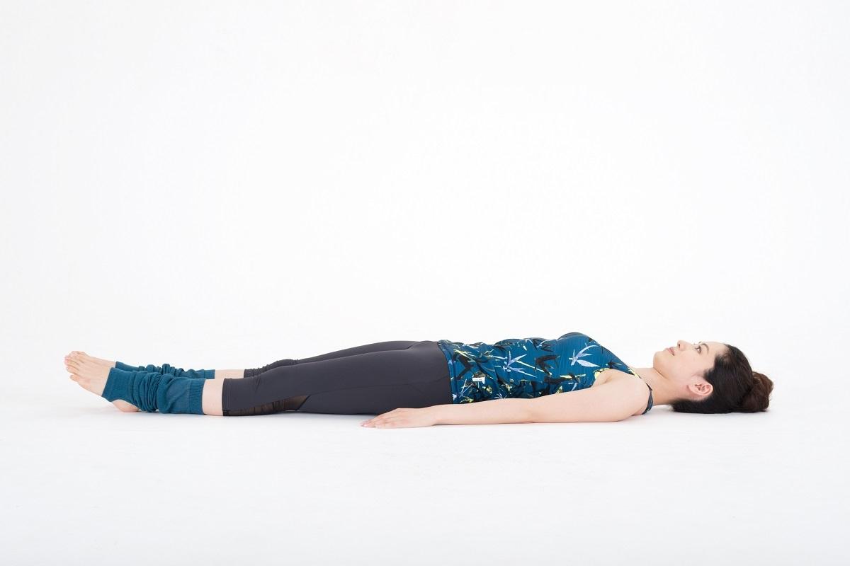両足を真っすぐに伸ばして、仰向けに寝る。