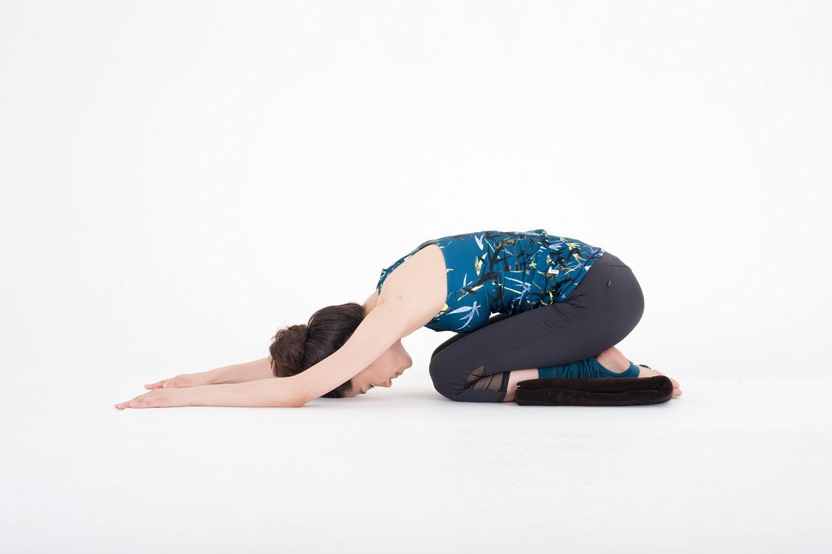 息を吐きながら、上体を前に倒し、両手は真っすぐ前に伸ばす