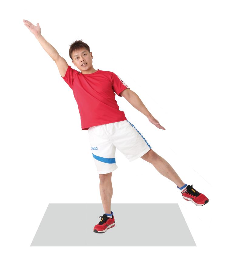 右手と左足を一直線に伸ばしてバランスをとる