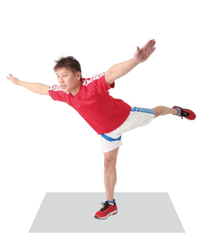 右足のひざを伸ばし、左足はまっすぐに伸ばす