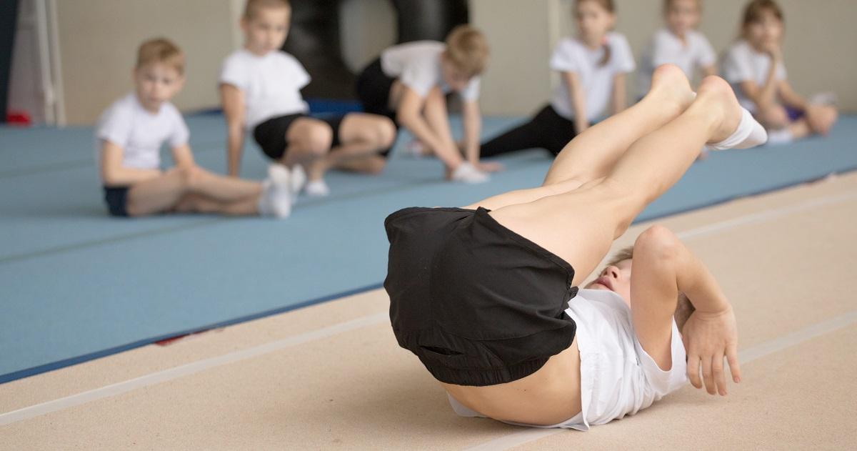 バランス能力や身体の操作性が向上する! 「マット運動」でスポーツの基本を身につけよう。