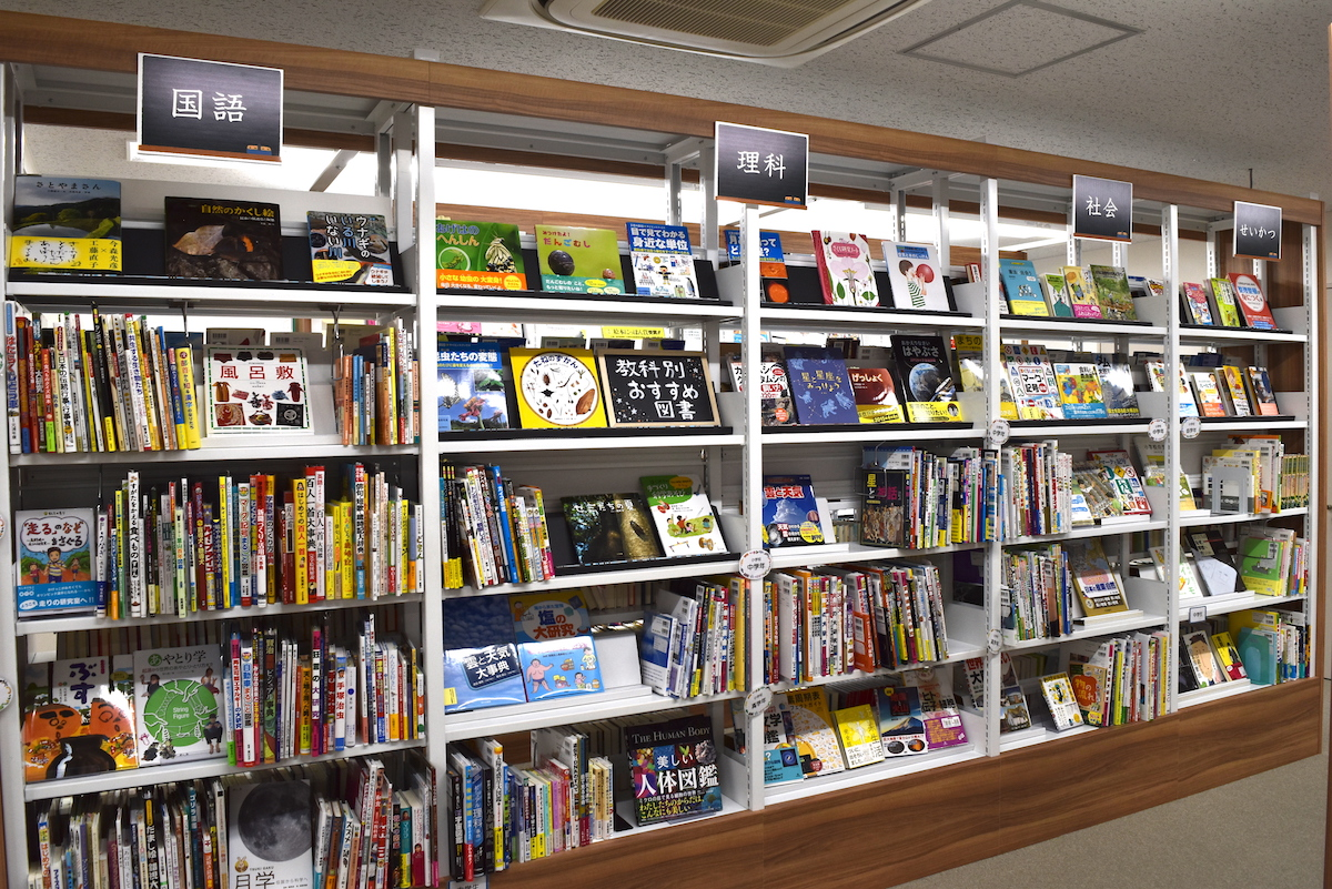 日販図書館選書センターの教科別棚