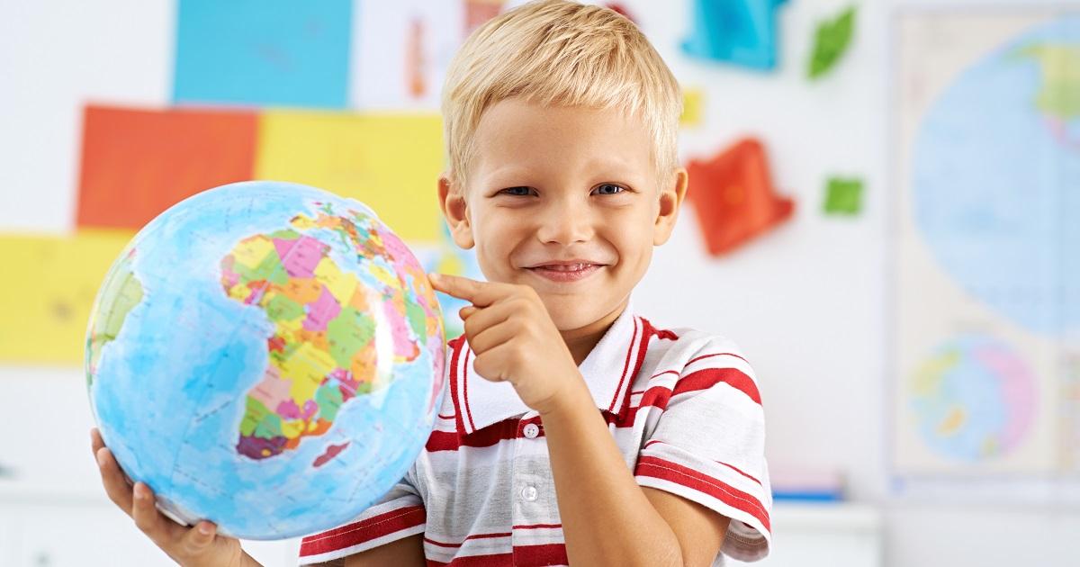 地球儀で子どもの興味関心をグローバルに! 遊びながら学べる、地球儀の上手な活用法。