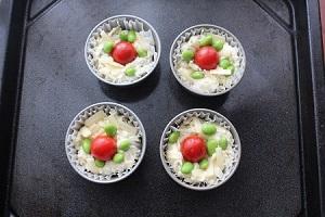 マフィンの生地を型に入れ、ミニトマトと枝豆を埋め込む