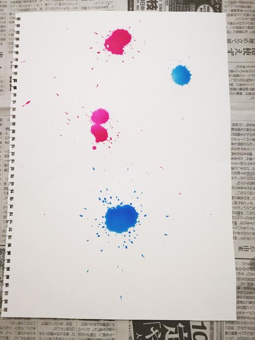 ドリッピングの過程。2色の絵の具を同時に垂らす