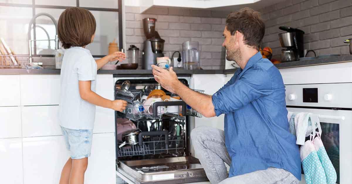 子どもの空間認識能力を高めるには、「あれ」「それ」などの指示語を使わず、「テーブルの上にある丸い皿を、食器棚のいちばん下にしまって」など具体的な声かけが有効。