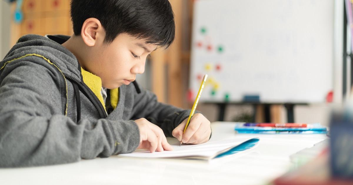「勉強しなさい」はNGワード!? 自ら机に向かう子どもの親がしていること