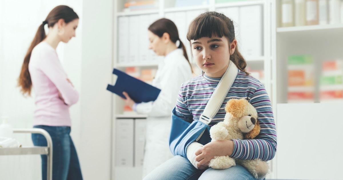 転んだだけで骨折する子どもが急増中!? 骨が脆くなっているのは○○が原因だった