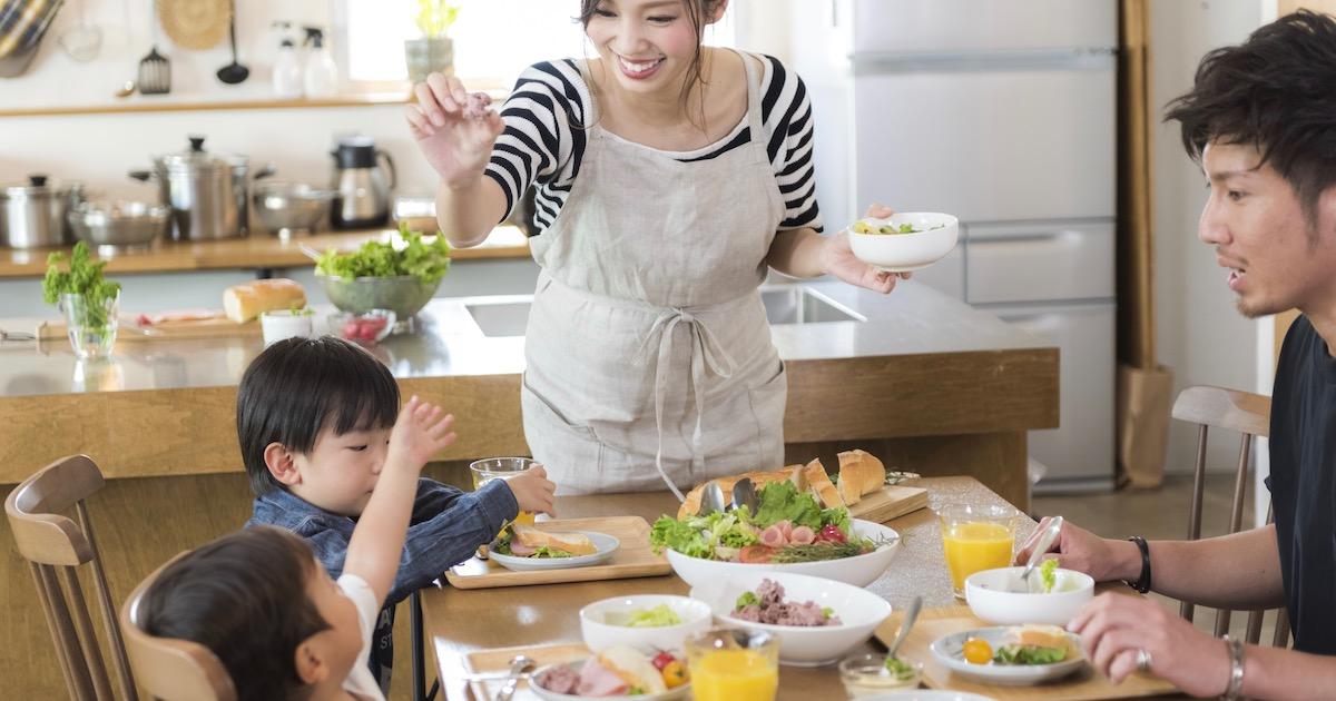 子供の食器に適しているのは、プラスチック? 陶器? 教育効果が高いのは○○だった