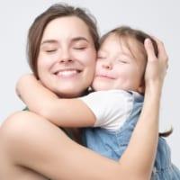 子どもの心を豊かに育むスキンシップ。皮膚は「露出した脳」だった――