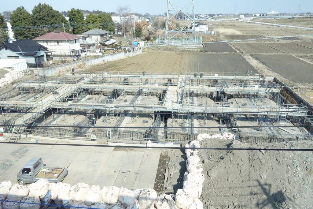 基礎の鉄筋工事中