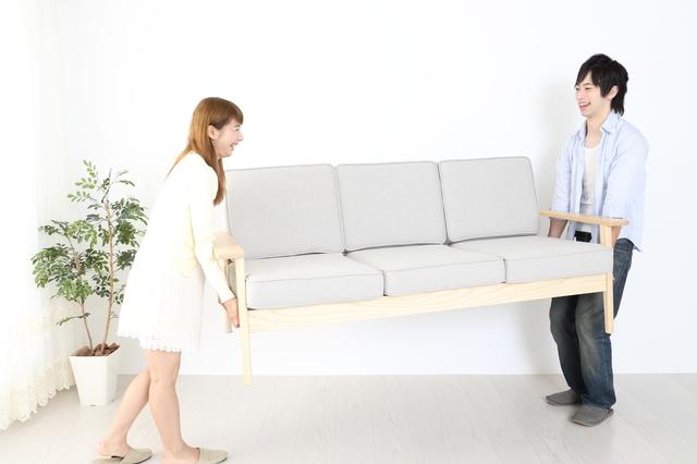 家財道具を処分するカップル