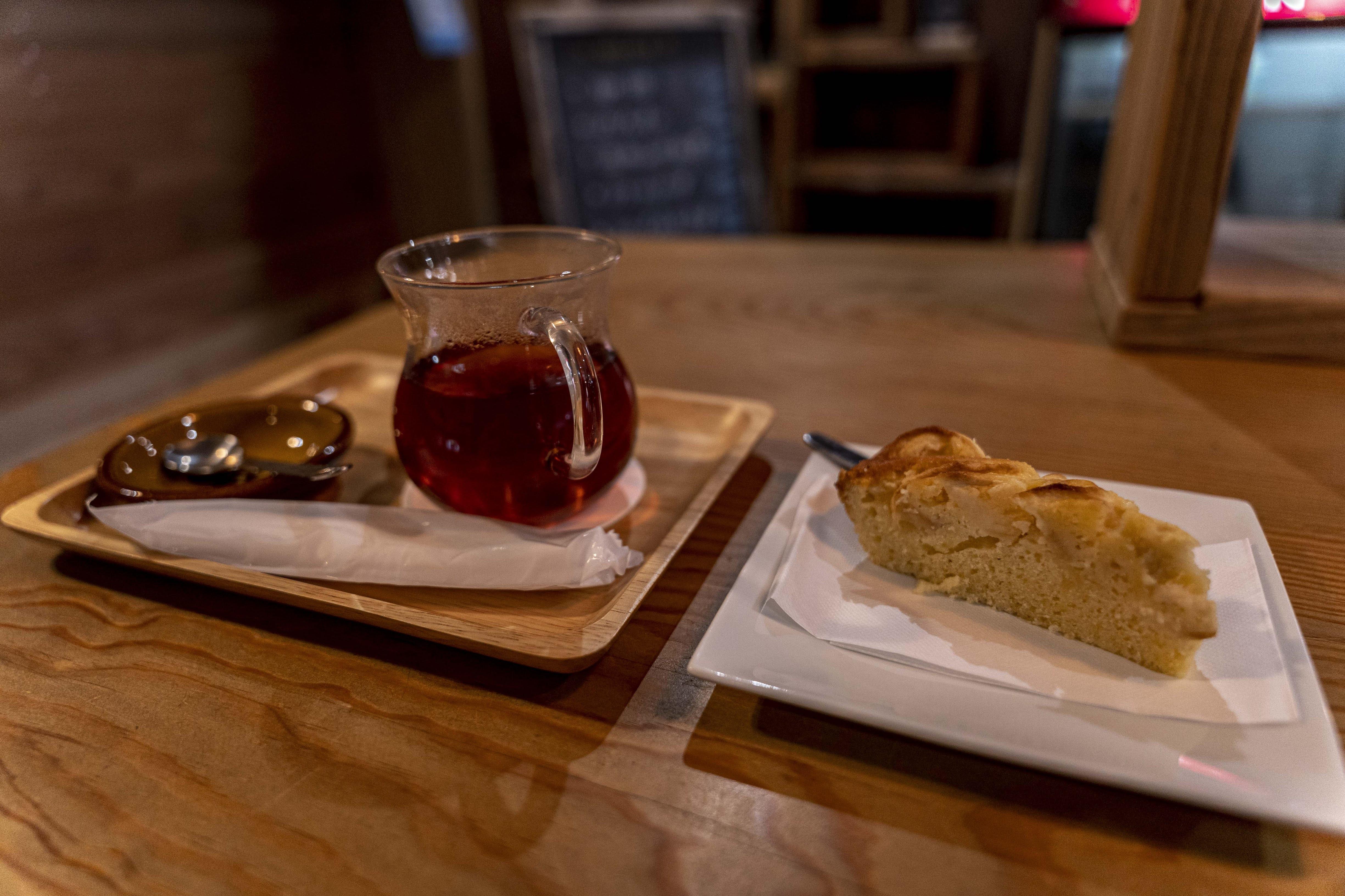 しょうが紅茶とサービスの手作りケーキ