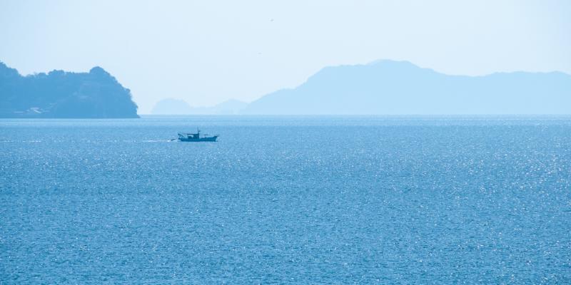 広い海を進む一隻の船