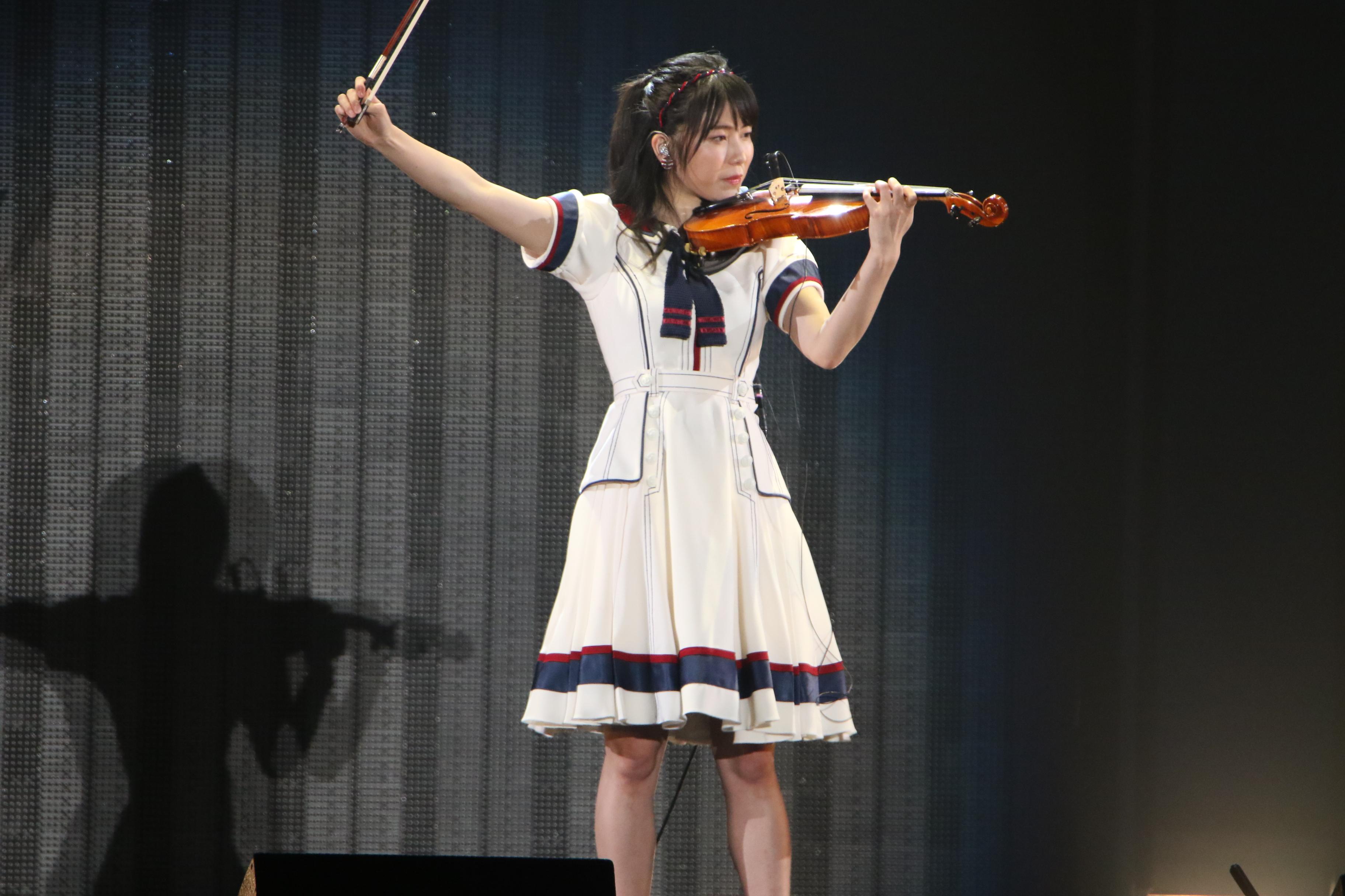 「情熱大陸」のテーマをバイオリンで披露する横山由依