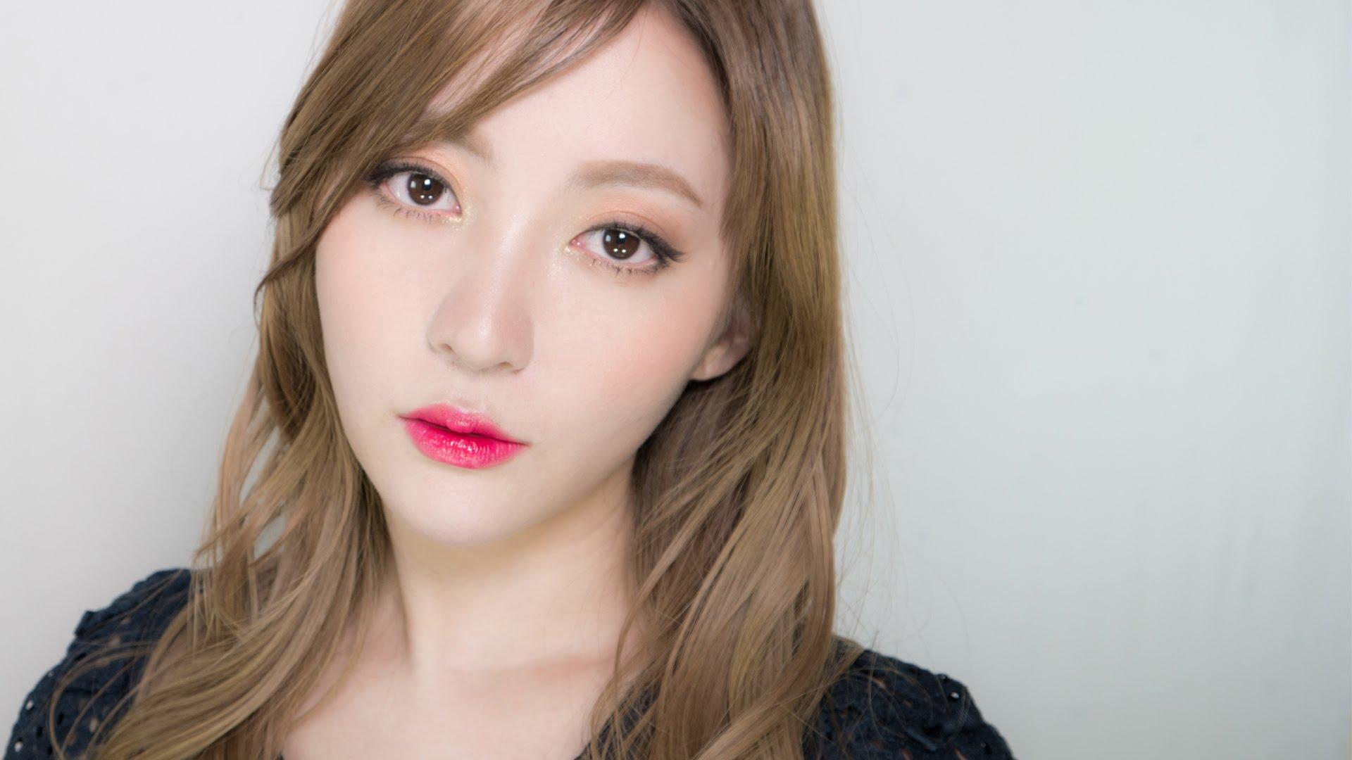 会社員 A:韓国コスメを使ったヘア&メイク動画をアップする日本語も堪能なビューティー系韓国人YouTuberである会社員A。韓国国内で運営する2つのYouTubeチャンネル登録者数は150万人を超え、日本語チャンネルをあわせると、200万以上のチャンネル登録者数を誇る韓国のビューティー系トップユーチューバー。