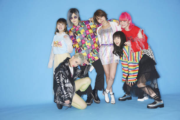 L→R yuri(Dr)、オレオレオナ(Vo&Key)、はな(Vo&Gu)、Fチョッパー KOGA(Ba)、TOMO-ZO(Gu)、アンジェリーナ1/3(Mc)