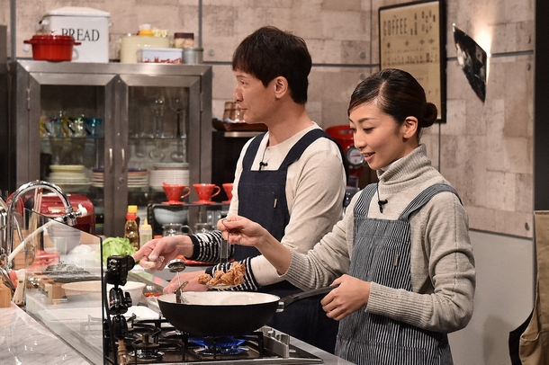 「Momm!」で料理を披露する、持田香織(右)と木下ほうか(左) (c)TBS