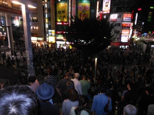 東京での「朝までハロウィン」MV放映の様子