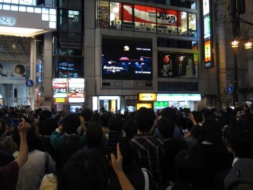 大阪での「朝までハロウィン」MV放映の様子