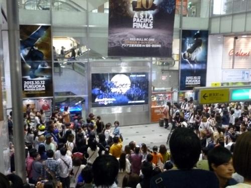 福岡での「朝までハロウィン」MV放映の様子