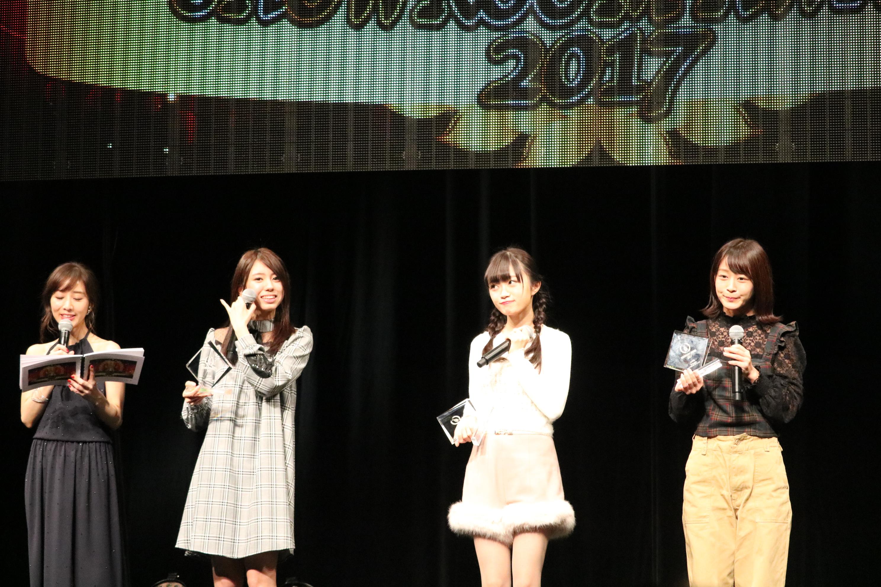 SHOWROOMアワード2017でAKB賞を受賞。右から太田奈緒、中井りか、大西桃香