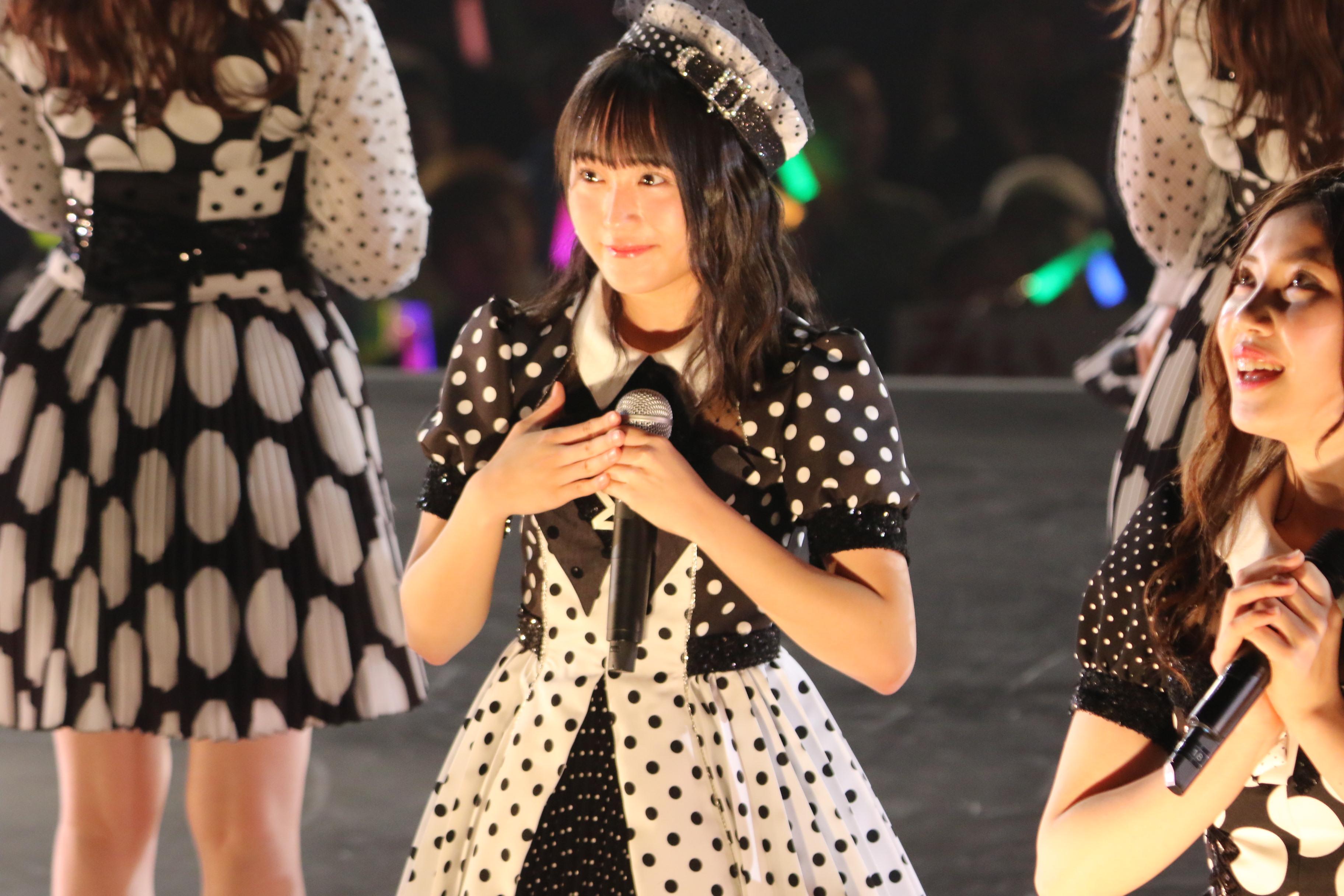 さいたまスーパーアリーナで開催されたAKB48単独コンサートでの坂口渚沙(中央)