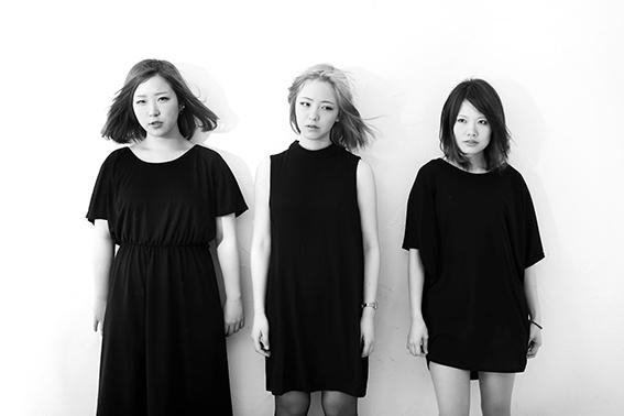 L→R ごっきん(Ba&Cho)、牛丸ありさ(Vo&Gu)、かねもと(Dr)