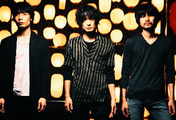 L→R 赤塚ヤスシ(Ba)、氏原ワタル(Vo&Gu)、森田ケーサク(Dr)