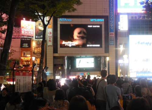 東京・新宿アルタビジョンでの「朝までハロウィン」MV放映の様子