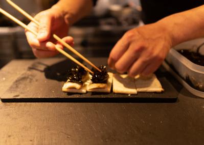 渋谷の新名店「酒井商会」では、コロナ禍でも変わらずおいしい肴を楽しめる