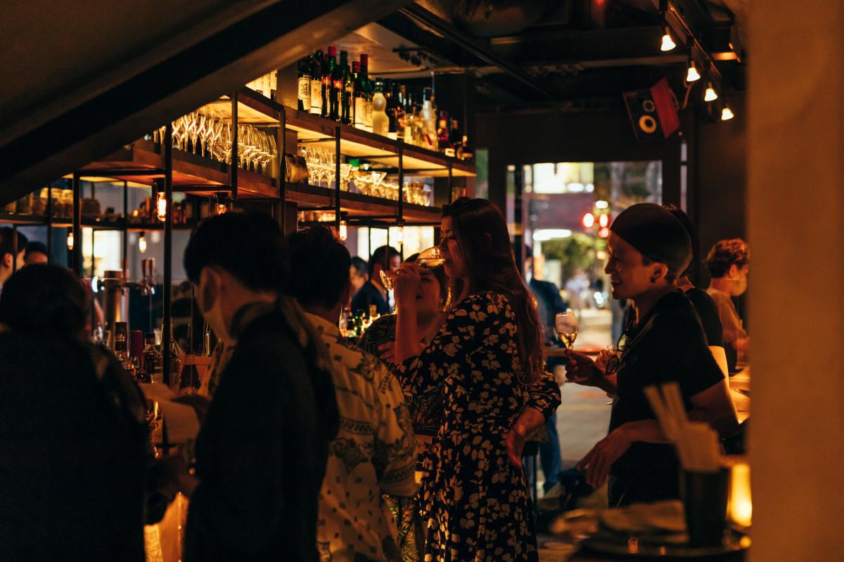 朝一杯のコーヒーから仕事終わりのビールまで楽しめる、小さなスタンドがJR有楽町駅高架下にオープン