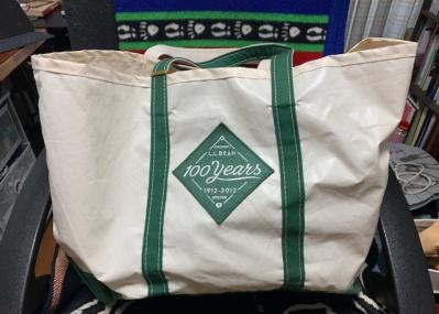 ベーブ・ルースとL.L.ビーンの関係を連想させる、100周年記念のトートバッグ