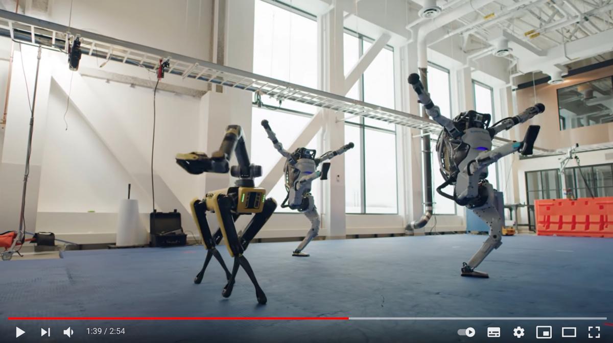なんだこの動きは !? 最先端人型ロボットの新年ダンスパフォーマンスに心も踊る。