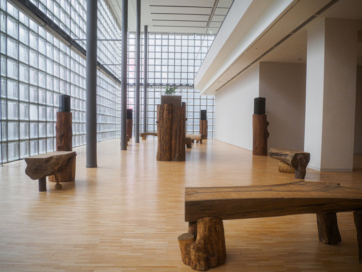 銀座・エルメスのアート展を体感。木材に座り、音響に包まれ、短編フィルムを観て。