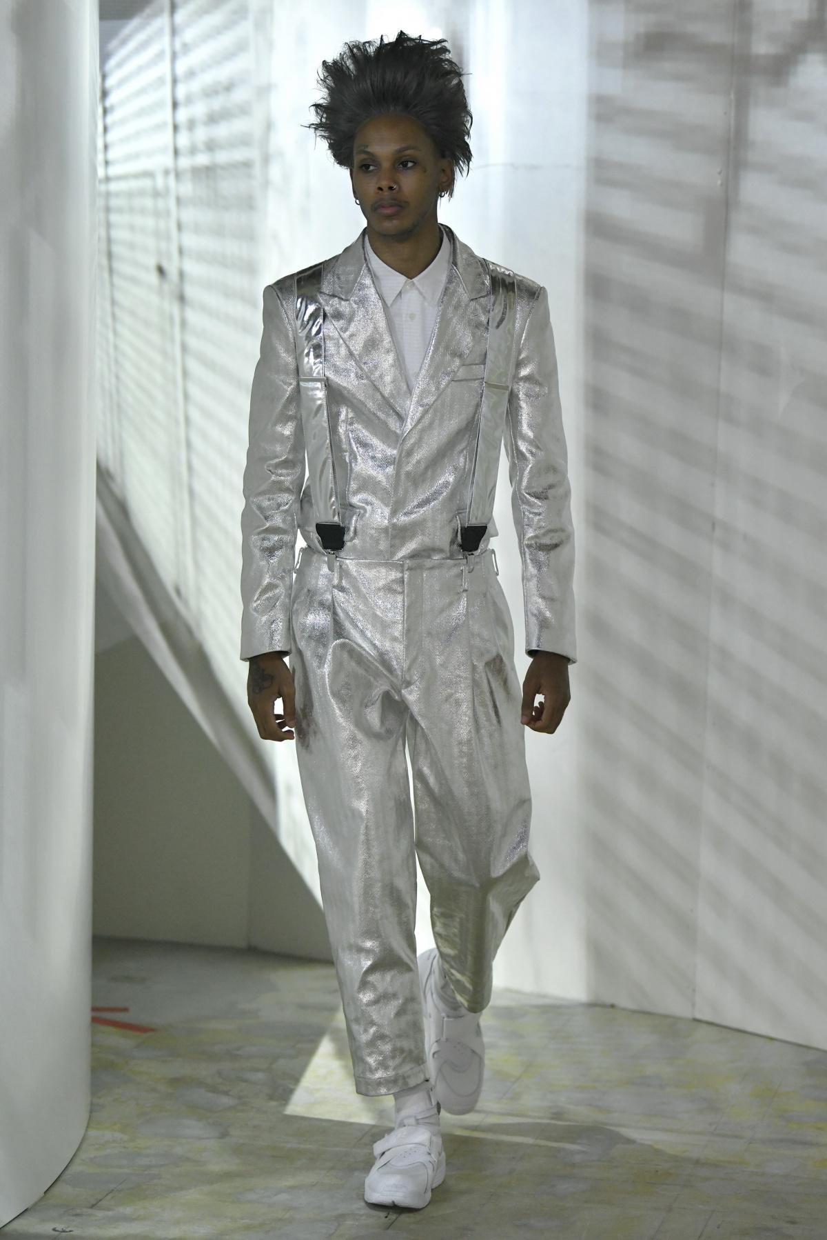 シルバーの光沢に圧倒される、「コム デ ギャルソン・オム プリュス」の2021年春夏コレクション