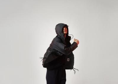 バッグからジャケットに、ジャケットからバッグに。 「変身=トランスフォーム」するデザインが秀逸!