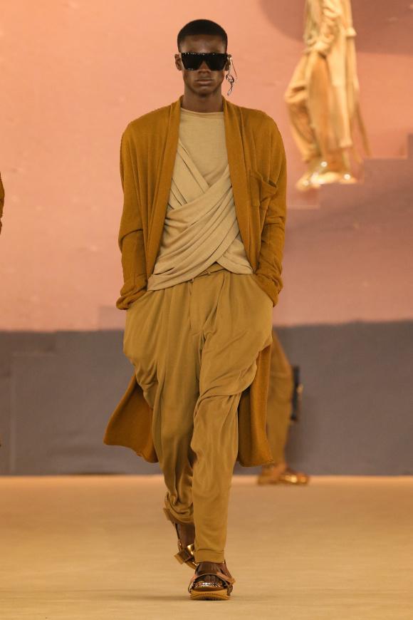 布のドレープが冴える、 新しい砂漠の民。